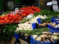 Photo d'un étal de marché rempli de légumes