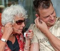2 generaties luisteren naar een i-pod